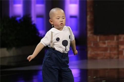 3岁农村出身男童因跳舞走红, 全家都靠他养�? 父母却直言后悔!